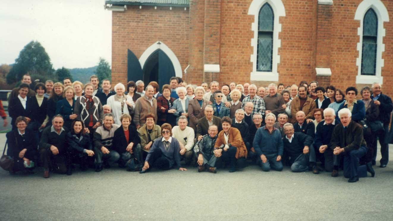 1996 - i soci all'uscita della Messa