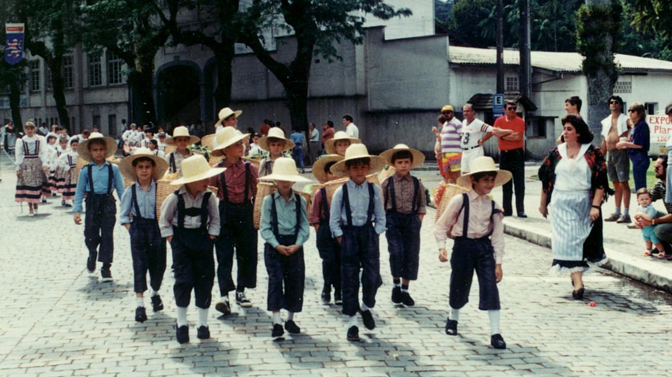 i piccoli trentini sfilano con i costumi dei bisnonni durante le celebrazioni a ricordo dell'arrivo degli immigrati