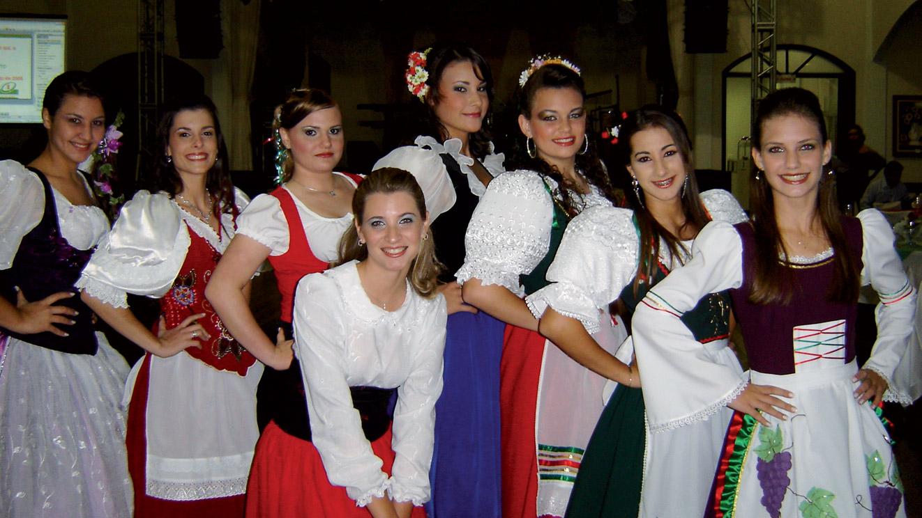 2008, il gruppo folcloristico in costume