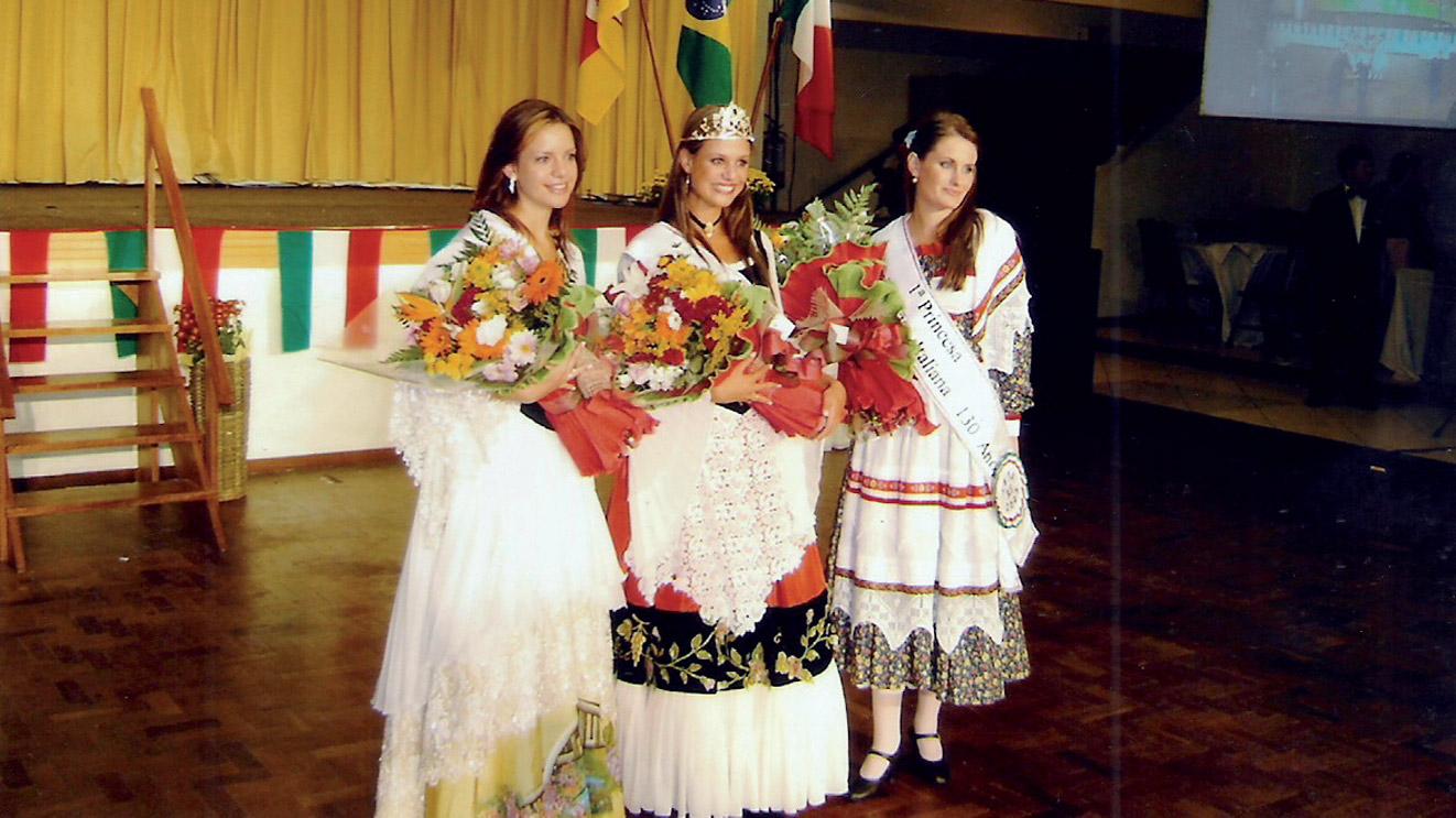 Sarah Chiapinotto del CT Santa Maria (a destra) 1° principessa per i festeggiamenti per i 130 anni di emigrazione