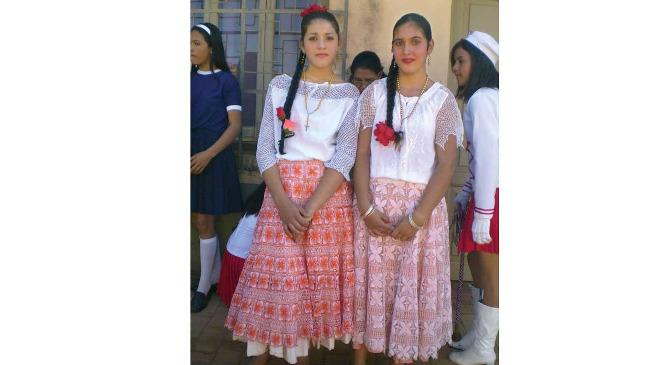 ragazze trentine in costume tipico del Paraguay